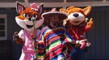 Parkmaskottchen Frida und Funny Fux Jr. in Begleitung des Mexikaners Ramon Julio Maria di Santo © Fort Fun Abenteuerland