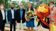Der erste Gast wurde von Max Gotz, Oberbürgermeister der Stadt Erding, dem 1. Stellvertretenden Landrat Franz-Josef Hofstetter sowie Thermen-Geschäftsführer Jörg Wund und Geschäftsleiter Marcus Maier persönlich begrüßt. Er freute sich über Blumen, Champagner und die Einladung in ein exklusives See-Chalet. © Therme Erding