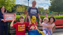 LEGOLAND Deutschland feiert den 25-millionsten Gast: Familie Dryjariski bekam von Manuela Stone eine Urkunde im LEGO Rahmen überreicht. © Legoland Deutschland Resort