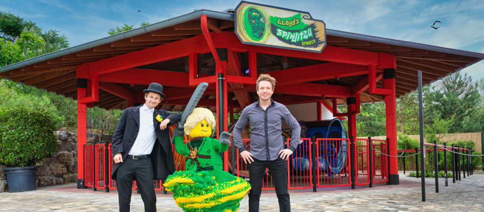 Luftballonkünstler Tobi van Deisner und Magier Florian Zimmer vor dem neuen Lloyd's Spinjitzu Spinner im LEGOLAND Deutschland. © Legoland Deutschland Resort