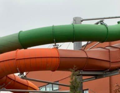 Ein Blick auf den AquaRacer und die Röhrenrutsche der Havel Therme © Aquarena
